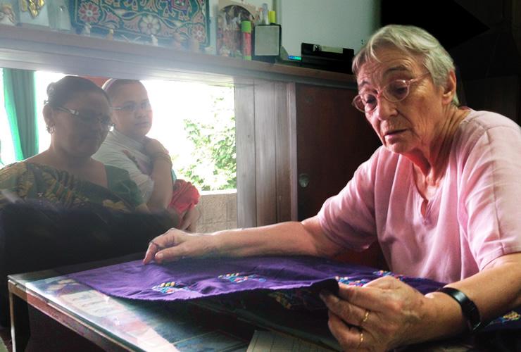 刺繍の仕上がりをチェックするシスター・ルシア