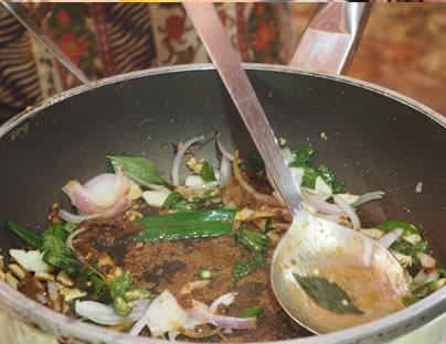 カレーの壺調理風景